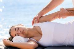 Donna che ha trattamento osteopatico della spalla all'aperto Immagine Stock Libera da Diritti