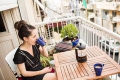 Donna che ha un intervallo per il caffè Immagine Stock