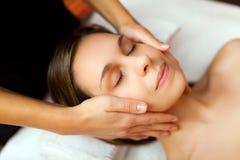 Donna che ha un massaggio facciale Fotografia Stock
