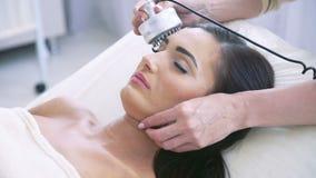 Donna che ha un trattamento facciale di stimolazione stock footage