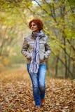 Donna che ha una passeggiata nel bosco Immagine Stock