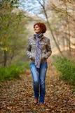 Donna che ha una passeggiata nel bosco Fotografie Stock Libere da Diritti