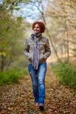 Donna che ha una passeggiata nel bosco Fotografia Stock