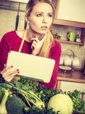 Donna che ha verdure verdi che pensano alla cottura Immagine Stock Libera da Diritti