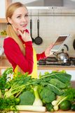 Donna che ha verdure verdi che pensano alla cottura Fotografia Stock