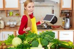 Donna che ha verdure verdi che pensano alla cottura Fotografie Stock