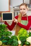 Donna che ha verdure verdi che tengono bordo Fotografia Stock