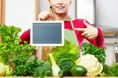 Donna che ha verdure verdi che tengono bordo Fotografia Stock Libera da Diritti