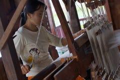 Donna che handweaving nel piccolo tessuto sul lago Inle in Birmania, Asia immagini stock libere da diritti