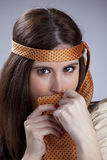 Donna che hidding dietro una cravatta Immagini Stock