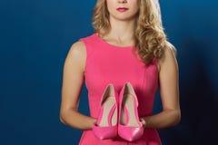 Donna che holging le nuove scarpe di alto rosa della collina Immagini Stock Libere da Diritti