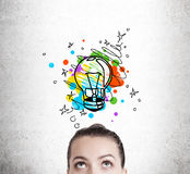 Donna che immagina una lampadina immagine stock libera da diritti
