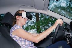 Donna che impara guidare con i vetri di realtà virtuale Immagini Stock Libere da Diritti
