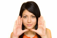 Donna che incornicia il suo fronte con le sue palme Fotografia Stock Libera da Diritti