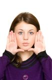 Donna che incornicia il suo fronte con le sue palme Fotografie Stock Libere da Diritti