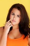 Donna che indica barretta ai suoi denti Fotografia Stock Libera da Diritti