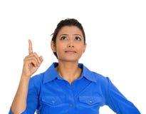 Donna che indica con il dito indice e che guarda verso l'alto Fotografia Stock