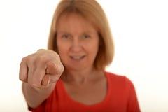 Donna che indica con la sua barretta immagine stock