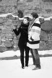 Donna che indica conversazione con l'uomo nel retro stile Immagini Stock