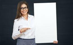 Donna che indica dito sul bordo in bianco Fotografia Stock