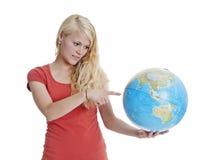 Donna che indica globo Fotografie Stock Libere da Diritti