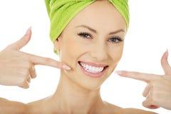 Donna che indica i suoi denti Immagine Stock
