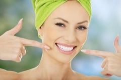 Donna che indica i suoi denti Fotografia Stock Libera da Diritti