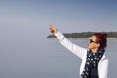 Donna che indica il dito il cielo in bianco Immagini Stock Libere da Diritti