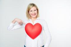 Donna che indica il suo cuore Fotografia Stock
