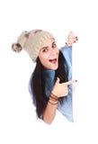 Donna che indica la sua barretta al tabellone per le affissioni bianco Fotografia Stock Libera da Diritti