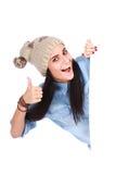 Donna che indica la sua barretta al tabellone per le affissioni bianco immagine stock