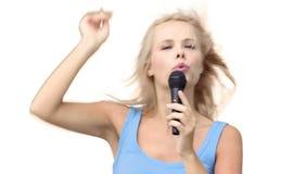Donna che indica mentre cantando con un microfono video d archivio