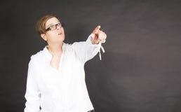 Donna che indica a qualcosa Fotografie Stock Libere da Diritti