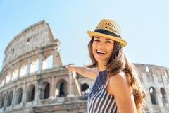 Donna che indica sul colosseum a Roma, Italia Fotografia Stock Libera da Diritti