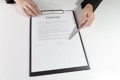 Donna che indica un posto in cui dovrebbe firmare il contratto Immagine Stock