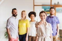 Donna che indica voi sopra il gruppo creativo dell'ufficio Immagini Stock Libere da Diritti