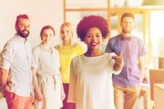 Donna che indica voi sopra il gruppo creativo dell'ufficio Immagini Stock