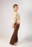 Donna che indossa abbigliamento casuale con le mani dietro il corpo completo retro- fotografia stock libera da diritti