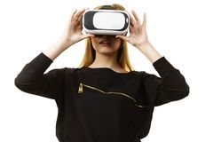 Donna che indossa gli occhiali di protezione di VR Fotografia Stock