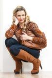 Donna che indossa gli stivali marroni alla moda Fotografia Stock