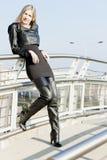 Donna che indossa gli stivali neri alla moda Fotografia Stock