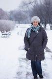 Donna che indossa i vestiti caldi Immagine Stock Libera da Diritti