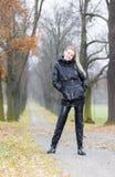 Donna che indossa i vestiti neri Fotografia Stock