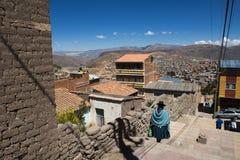 Donna che indossa i vestiti tradizionali nella città di Potosi in Bolivia Fotografie Stock