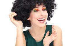 Donna che indossa la parrucca nera di afro Immagini Stock