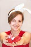 Donna che indossa le orecchie del coniglietto di pasqua. Immagine Stock