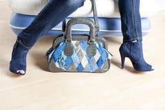 Donna che indossa le scarpe blu e con la borsa Immagine Stock