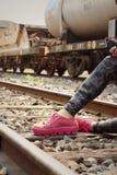 Donna che indossa le scarpe rosa alla stazione ferroviaria Fotografie Stock