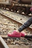Donna che indossa le scarpe rosa alla stazione ferroviaria Fotografie Stock Libere da Diritti