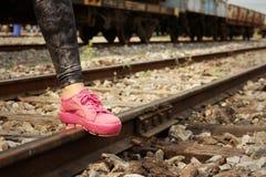 Donna che indossa le scarpe rosa alla stazione ferroviaria Immagini Stock Libere da Diritti